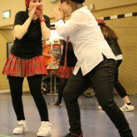 Zwei Tänzerinnnen rufen sich zu
